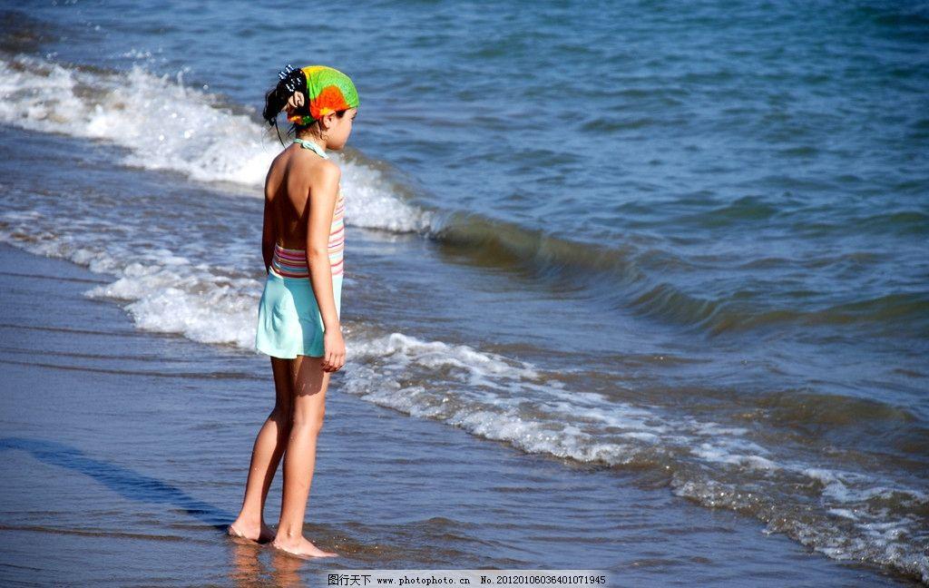 海边的小孩 海边 大海 沙滩 海滩 小孩 儿童 休闲 娱乐 泳装 儿童幼儿