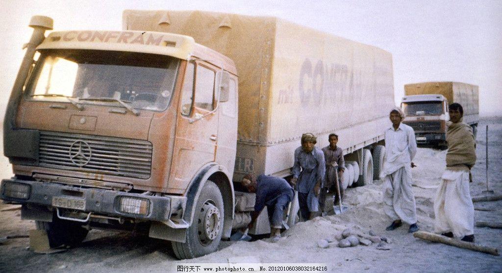 风沙中的奔驰大货车图片