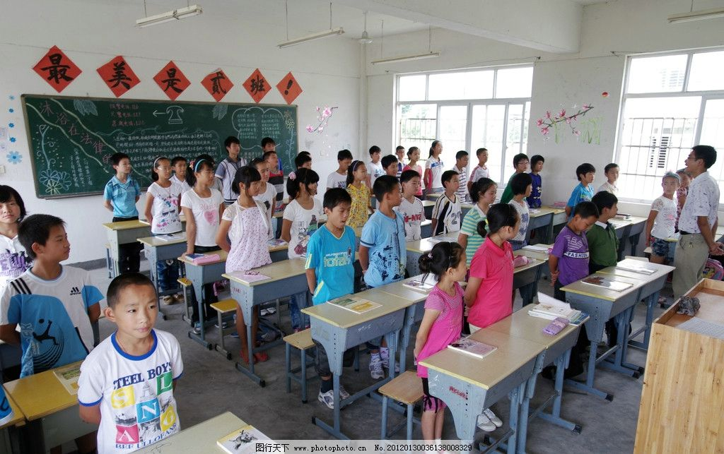 小学生在上课图片