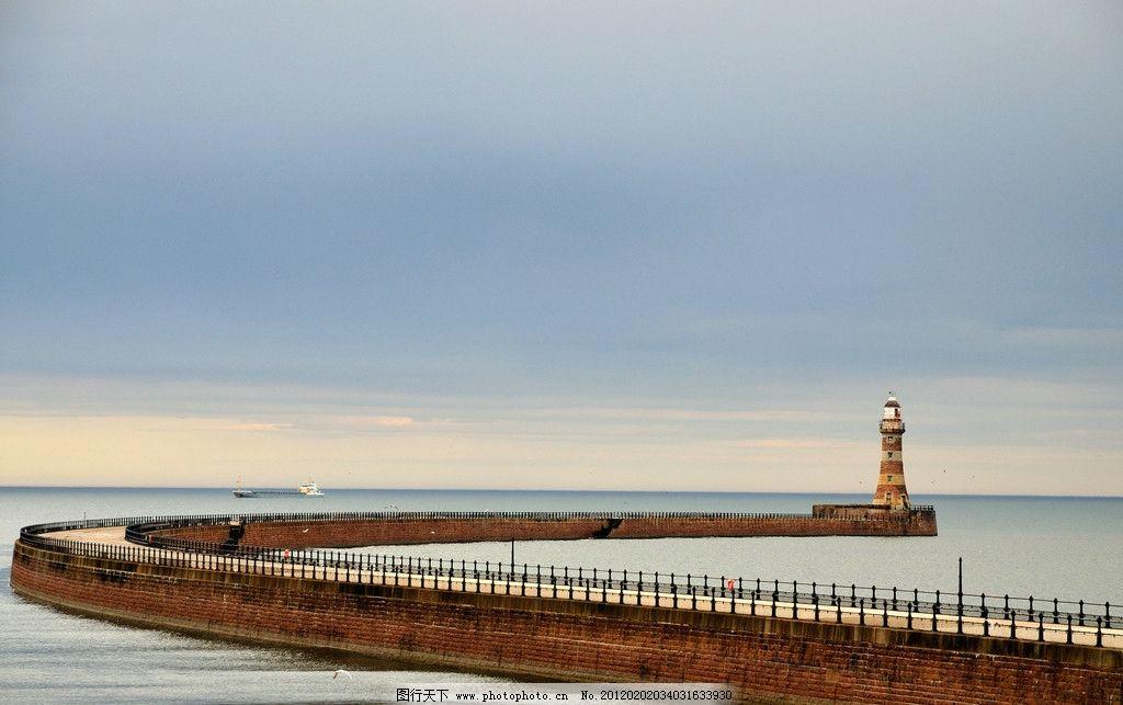 灯塔 海边 海平面 天空 河堤 堤坝 外国风景 海边灯塔 海上灯塔 图库