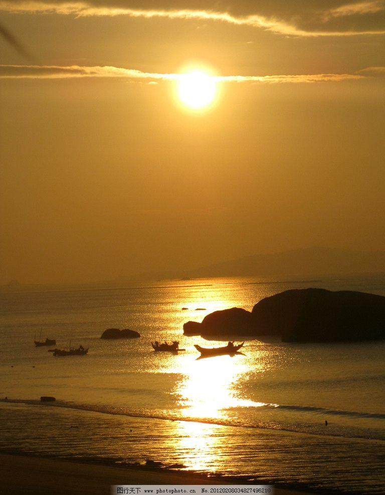 海上日出 海边 清晨 岩石 渔船 自然风景 自然景观 摄影 180dpi jpg