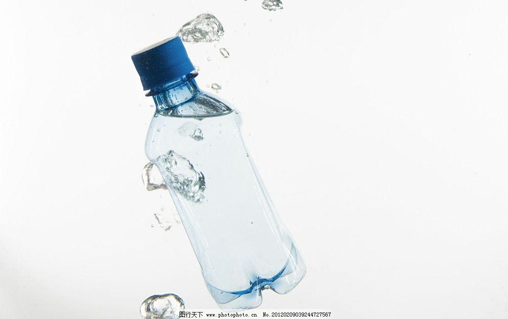水瓶创意广告摄影 矿泉水瓶 塑料瓶 入水 水中 水珠 水泡