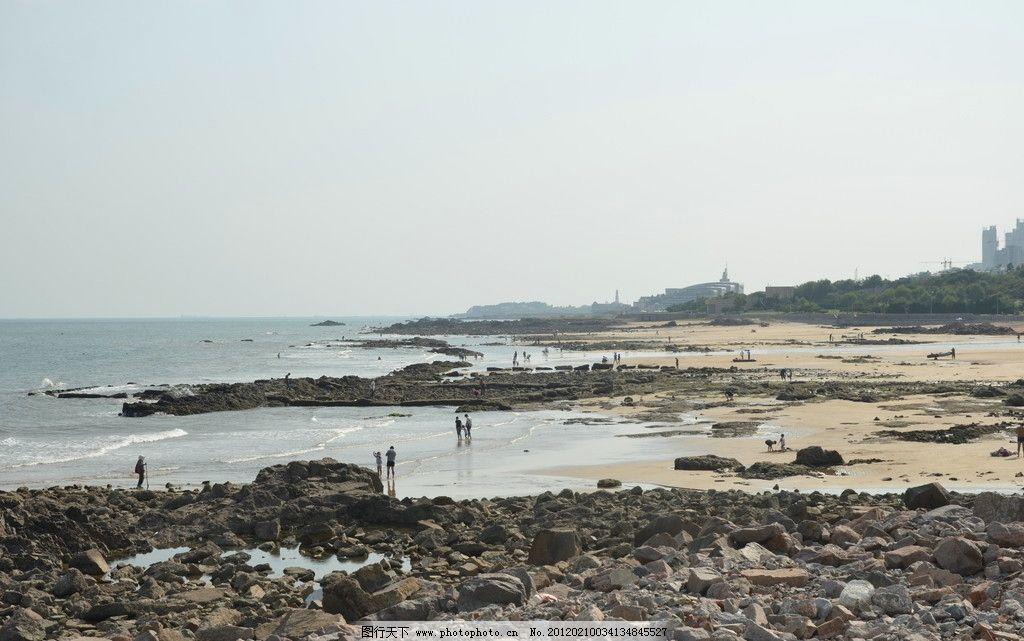 海边景色 海滨美景 青岛 海滨 水面 礁石 碎石 沙滩 游人 海湾 海岸
