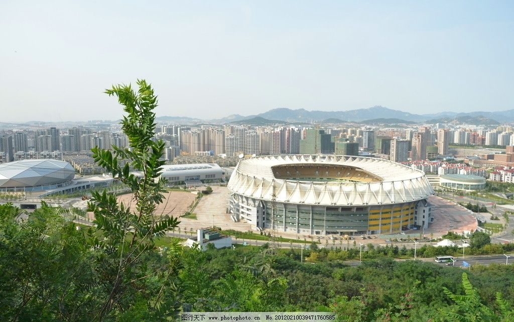 青岛国信体育场馆 建筑 椭圆形 国际标准 钻石体育馆 浮山树木