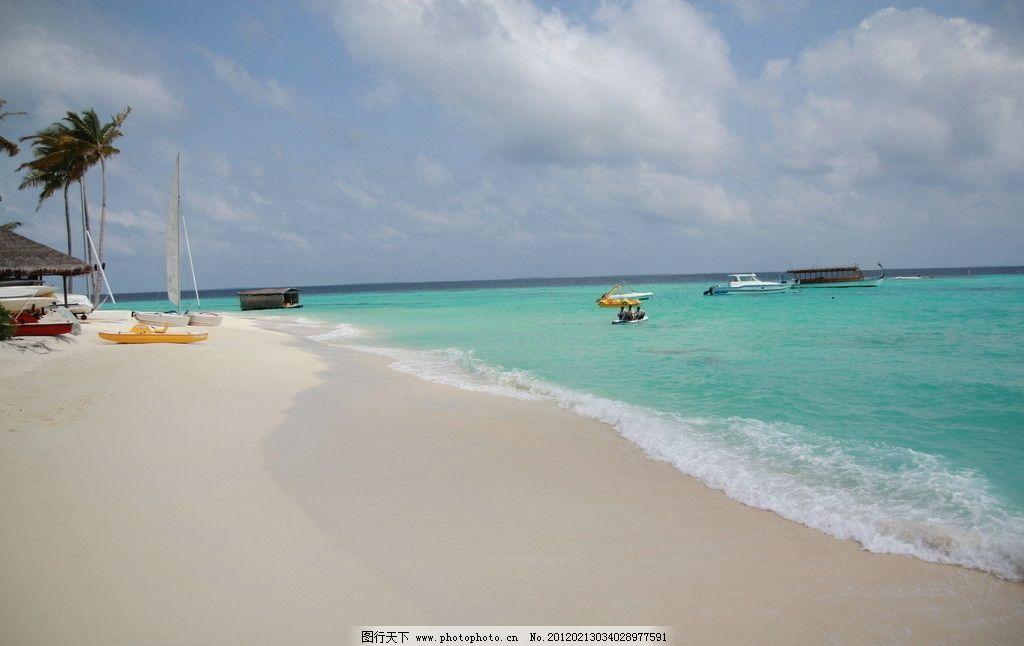 海边 马尔代夫 蓝色 白色 沙滩 椰子树 船艇 岛标 小屋 国外旅游 旅游