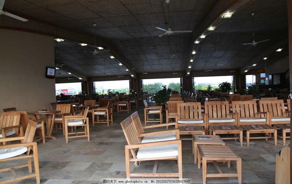 咖啡厅室内 椅子 桌子 木制 黄色 白色 垫子 灯光 地砖 室内摄影