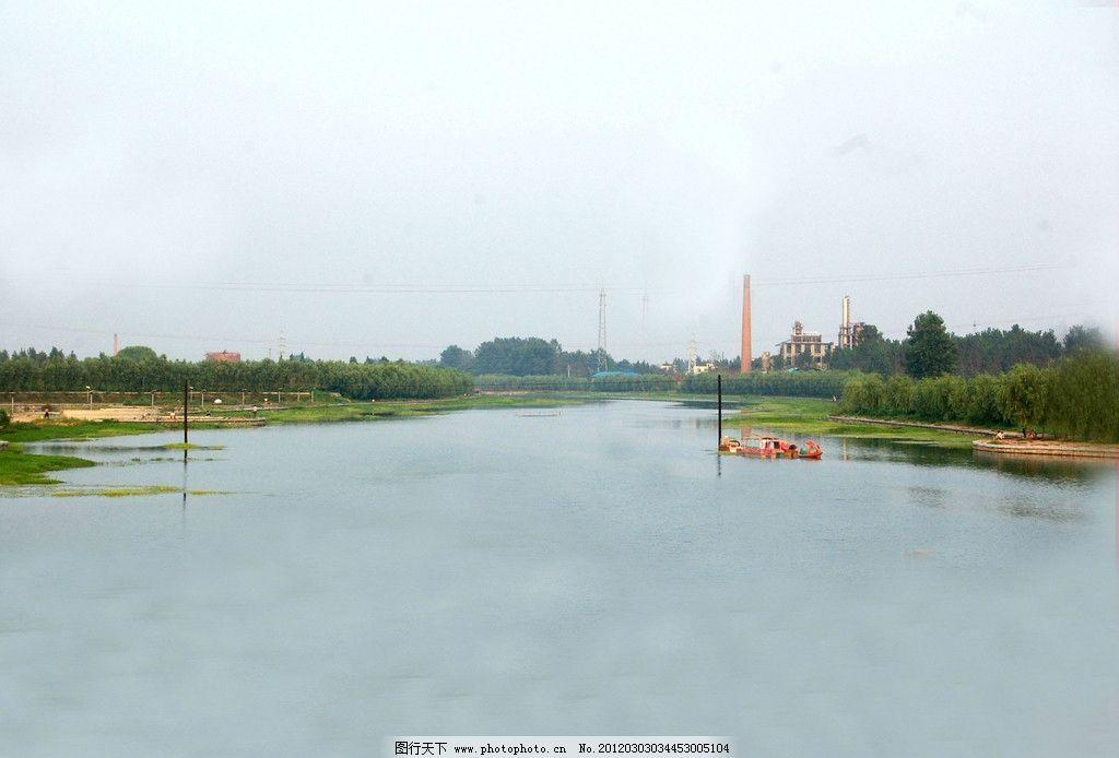 河流 河水 树木 绿草 游船 蓝天 山水风景 自然景观 摄影 300dpi jpg