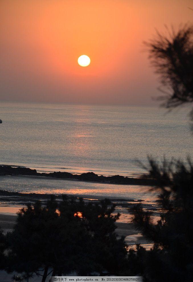 自然风光 大海 晨云 太阳 初升 天空 红晕 海面 反光 礁石 树木 剪影