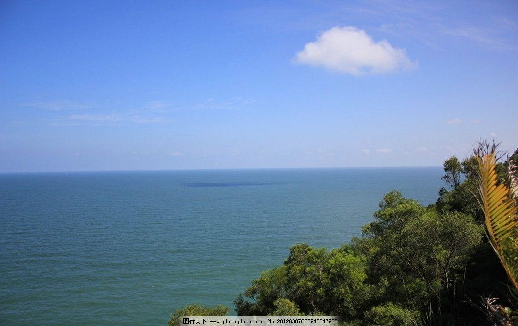 蓝天大海树林图片
