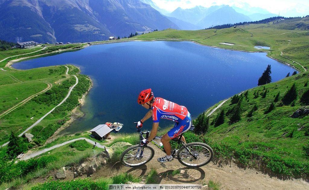 绿野湖泊 高山 绿野 绿松 自行车 车手 湖泊 蓝天 山水风景 自然景观