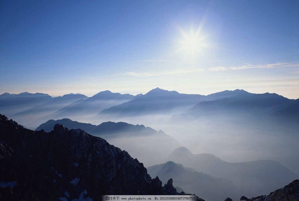 高山云雾 高山 绿树 云雾 太阳 蓝天 自然风景 自然景观 摄影 350dpi