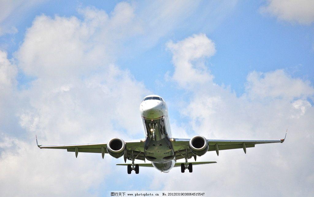 起飞的飞机图片