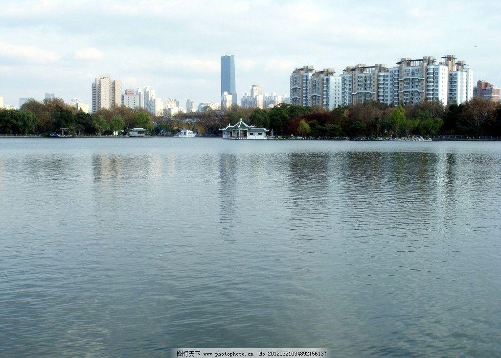 公园风景 湖水 水中倒影 树木 绿叶 黄叶 红叶 高层建筑 蓝天 白云
