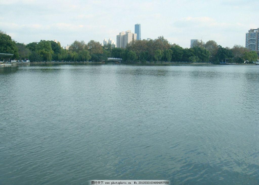 公园风景 树木 绿叶 黄叶 蓝天 白云 建筑 湖水 拱桥 亭子
