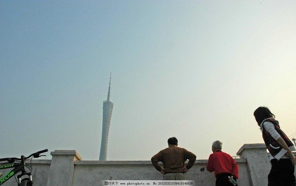 仰望城市高楼 老人 路人 看风光 看风景的人 围墙 夕阳天空 广州城市