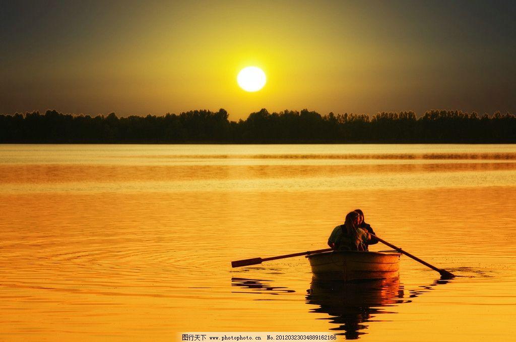 夕阳下的泛舟 夕阳 泛舟 金黄色 太阳 人 小船 山 自然风景 自然景观