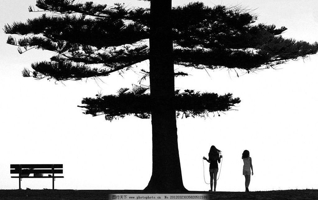 参天大树 树下 女孩 跳绳 椅子 靠椅 黑白 自然 风景 背景