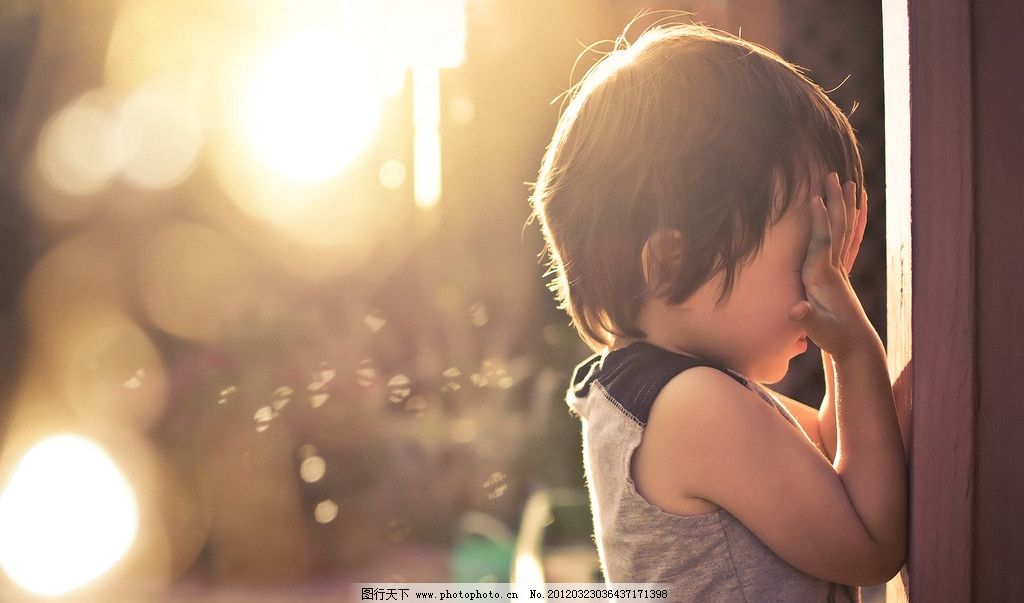 阳光小孩遮脸 阳光 小孩 遮脸 自然 风景 背景 壁纸 摄影 jpg 儿童