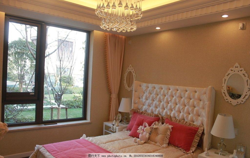 样板房实景拍照 粉色米色床 欧式吊灯 镜子 台灯 柜子 窗户 欧式样板