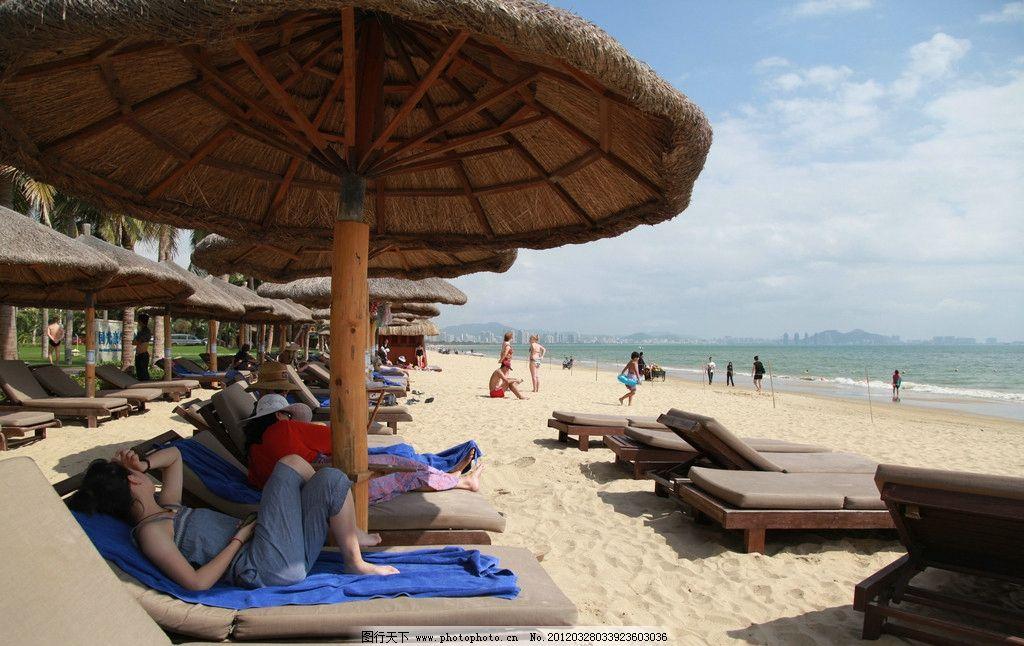 三亚国光豪生度假酒店专属沙滩 海边 蓝天白云 躺椅 游泳 旅游摄影