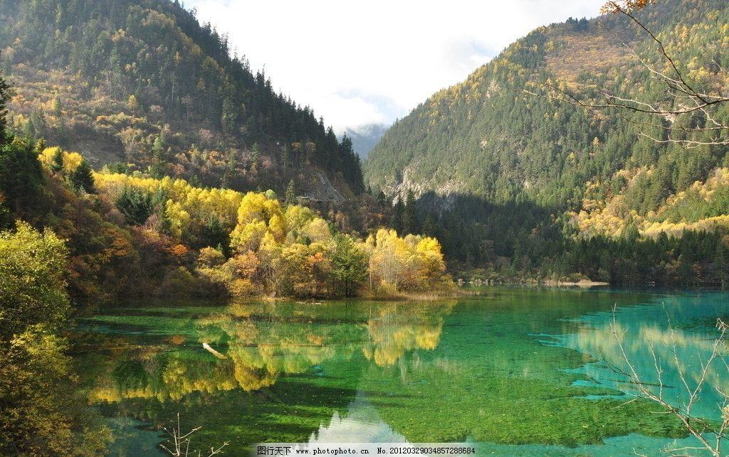 自然风景 青山绿水 山水 摄影 色彩丰富 绿色水面 黄色绿色植物