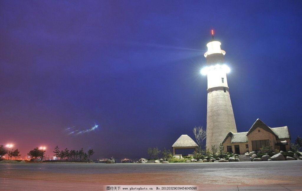夜晚海上公园的灯塔图片