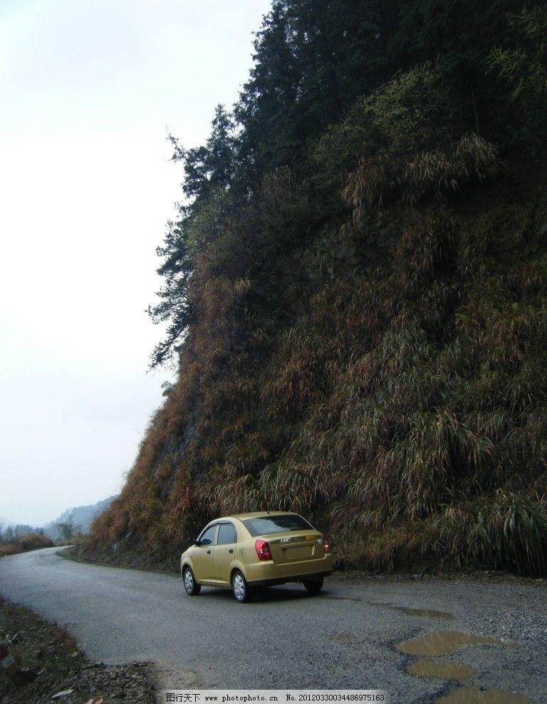 高山悬崖 高上 天空 汽车 山路 树叶 风景 山水风景 自然景观