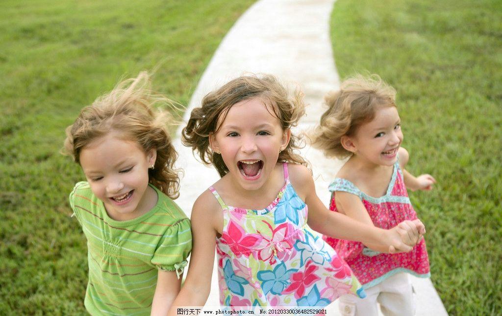 小女孩 人物 奔跑 可爱 手拉手 小路 草坪 开心 笑容 儿童幼儿