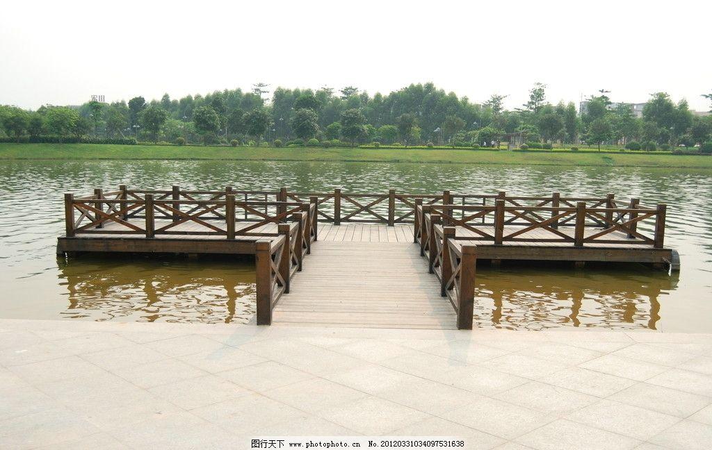 湖上木桥图片